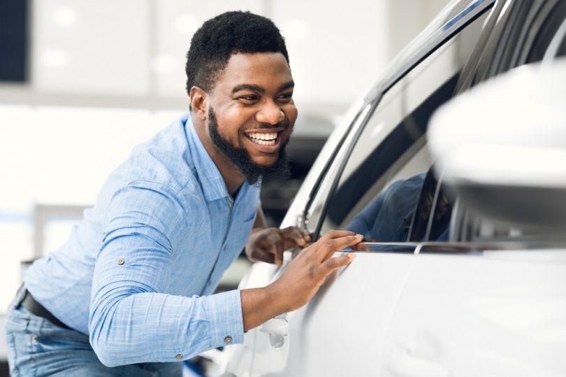 homme entretien voiture